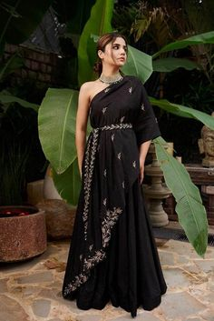 Indian Gowns Dresses, Indian Fashion Dresses, Dress Indian Style, Indian Designer Outfits, Designer Dresses, Fashion Outfits, Women's Fashion, Evening Dresses, Stylish Dress Designs