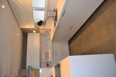 cocina santos ARIANE2 blanco seff con sobre de silestone Blanco norte de 5cm y vitrina serie VITREA by SMSTUDIO