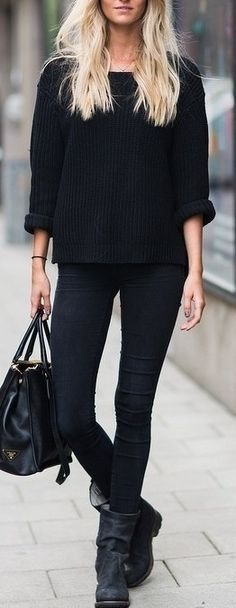 If you're after a casual but also absolutely chic look, opt for a black oversized sweater and black skinny jeans. Avoid looking too casual by finishing off with black leather mid-calf boots. Looks Street Style, Looks Style, Dublin Street Style, Moda Casual, Casual Chic, Comfy Casual, Looks Total Black, Mode Outfits, Casual Outfits