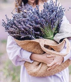 Reasons to love lavender… Color Smell Skincare! Lavender oil is known for its amazing anti-inflammatory properties! It soothes irritated skin and helps reduce redness and blotchy patches from sun damage and other bacteria. Like:lavender … Lavender Cottage, Lavender Soap, French Lavender, Lavender Blue, Lavender Fields, Lavender Flowers, Love Flowers, Beautiful Flowers, Valensole