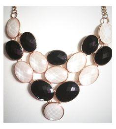 Alltrendy.es Collar de Cristal Blanco y Negro para dar vida a un vestido o una blusa perfecto para las fiestas.