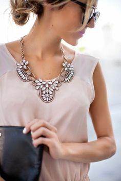 Le collier plastron – féminité et chic pour tous vos jours!