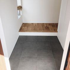 本当に必要なモノ達と暮らす〜余白のある空間づくりが快適さを生み出す家___omalさんのおうちを探索! | ムクリ[mukuri] Tile Floor, Entrance, New Homes, House Design, Interior, Room, Pranks, Foyer, Braid