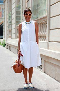 Tamu Mcpherson usa vestido chemise com espadrille em look all white