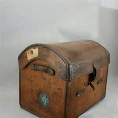Into her soul Old Trunks, Vintage Trunks, Trunks And Chests, Antique Trunks, Vintage Suitcases, Vintage Luggage, Vintage Travel, Vintage Items, Vintage Stuff