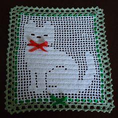 ~~~~~~~~~~~~~~~~~~~~~~~~~~~~~~~~~~~~~~~~~~~~~~~~~~~~~~~~~~~~~~~~~~~~~  Se trata de un nuevo ganchillo hecho a mano Brillo metálico hilo tapetito. Es una bonita decoración de tapetito de ganchillo de Kitty Cat.   Embellecerá su hogar.  Se puede utilizar como un regalo.  Viene de un entorno de no fumadores.  Gracias por visitarnos.   ¡Compras felices.   tamaño;  10.5 en x 10 en  26,7 cm x 25,4 cm   Si usted tiene alguna pregunta por favor entrarme en contacto con enfermos alegrará más entonces…