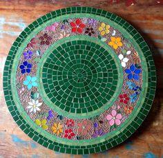 Table mosaic, prato giratorio em nosaico, by Schandra Mosaico Mosaic Flower Pots, Mosaic Pots, Mosaic Garden, Mosaic Glass, Mosaic Tiles, Glass Art, Mosaic Crafts, Mosaic Projects, Mosaic Designs