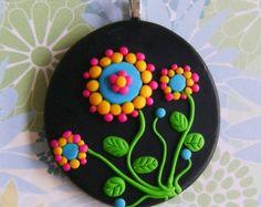 Medalhão em fimo flores no jardim verde