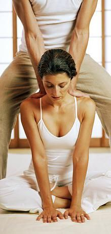 Thai-Yoga Massage - Rising Popularity of an Ancient Therapy . Thai Yoga Massage, Face Massage, Good Massage, Body Therapy, Massage Therapy, Massage Tools, How To Do Facial, How To Massage Yourself, Yoga Anatomy