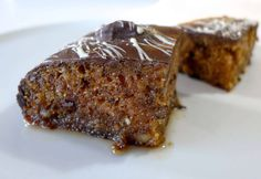 This is a recipe for all the chocolate lovers out there! Think of the signature fluffy and moist walnut cake infused with a cinnamon and clove syrup and covered with a crispy, thick chocolate glaze. Discover this little sin here. Greek Desserts, Greek Recipes, Greek Yogurt Cake, Cake Recipes, Dessert Recipes, Diet Recipes, Syrup Cake, Cold Cake, Gastronomia