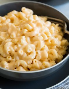 dinner recipes for family main dishes Easy, creamy, seriously cheesy stove top mac and cheese! This is a family favorite and after one bite you'll see why! It's the perfect hearty side dish to just about any meal and everyone always loves it. Best Mac And Cheese, Creamy Mac And Cheese, Mac And Cheese Homemade, Mac And Cheese Receta, Mozzarella Mac And Cheese, Mac And Cheese Sauce, Vegan Mac And Cheese, Macaroni Cheese Recipes, Crockpot Mac And Cheese