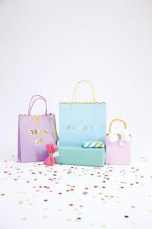 Jolis sacs en papier rigide   Emballage cadeau parfait pour faire plaisir à vos invités, à remplir de cadeaux en tout genre (livre, friandises, de jeux...).