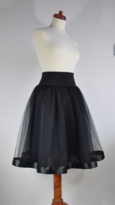 Tylová+sukně+černá+Tylová+sukně+z+5vrstev+bohatě+řaseného+tylu.+Celková+délka+sukně+65cm+V+pase+pružný+úplet+vysoký+10cm.+Pas+se+natáhne+od+70cm+až+na+105cm.+Sukně+je+vypodšívkovaná+podšívkou+v+černé+barvě.+Pokud+chcete+sukýnku+v+jiné+barvě+či+délce,+napište+a+určitě+se+domluvíme+k+vaší+spokojenosti.++ÚDRŽBA:+Tylové+sukně+doporučuji+neprat,+stačí...