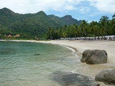 50 voyages à faire dans une vie Îles de la mer d'Andaman Thaïlande / Malaisie : Ko Phi Phi, Ko Lanta, Ko Lipe, Langkawi, Penang … sur la mer d'Andaman. Côté thaïlandais, les parcs nationaux, terrestres ou maritimes, sont nombreux : Ko Tarutao a encore des airs de matin du monde. De quoi attirer pas mal de monde… Au NO de la Malaisie, à la limite de la frontière thaï, un archipel de 99 îles féeriques : Langkawi, Penang (Georgetown)