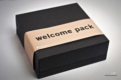 niteRunners nos pidió que les diseñaramos un kit de bienvenida, que incluye: unos jabones artesanos, que hemos envuelto en papel kraft en color oro, con adhesivos personalizados y cinta en raso; dos cajitas metálicas para té, sticks y filtros para su elaboración; y un cuaderno de viajes de cuero con un mini-bolígrafo. Si buscas productos o regalos personalizados contacta con nosotras en info@uo-estudio.com o visita latiendadeuo.com