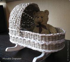 Master-class weaving newspaper: cradle for dolls Paper Weaving, Weaving Art, Loom Weaving, Baby Baskets, Rope Basket, Basket Weaving, Wicker Furniture, Baby Furniture, Doll Furniture