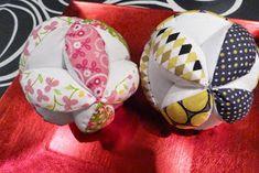 No, no es una pelota para perros como me insinuó Papá Manitas.          Es una pelota Montessori. Tenía en mente el proyecto desde hacía muc...