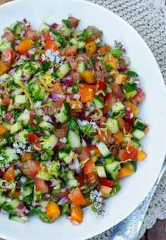 Tomato and cucumber salad with lots of other good - Food On The Table-Tomat- og agurksalat med mye annet godt – Mat På Bordet Tomato and cucumber salad with lots of other good - Raw Food Recipes, Cooking Recipes, Healthy Recipes, Healthy Meals, Food To Gain Muscle, Breakfast Enchiladas, Caesar Pasta Salads, Cucumber Salad, Easy Food To Make