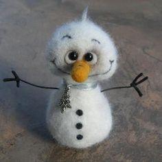 Needle felted snowman by Olga Gorbunova (Alis-house) Fuzzy Felt, Wool Felt, Felt Diy, Handmade Felt, Needle Felted Animals, Felt Animals, Felt Crafts, Christmas Crafts, Felt Snowman