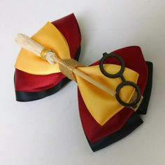Harry Potter Themed bow Can be made the colors of other houses. From DeesIncrediBows on Etsy Harry Potter Diy, Natal Do Harry Potter, Harry Potter Navidad, Harry Potter Weihnachten, Harry Potter Thema, Theme Harry Potter, Harry Potter Christmas, Harry Potter Birthday, Harry Potter Colors