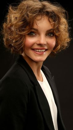 'Gotham' star Camren Bicondova who plays a young Selina Kyle (Catwoman). Its uncanny how much she looks like Michelle Pfeiffer who played Selina Kyle (Catwoman) in Tim Burton's 'Batman Returns'. She looks just like a young Michelle Pfeiffer ! Camren Bicondova, Jeff Fisher, Emily Rickards, Cat Haircut, Blond, Gotham Girls, Michelle Pfeiffer, Let Your Hair Down, Hair Blog