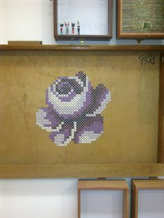 cross stitch flower / #purple tal vez quedaría graciosa en una bandeja