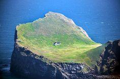La sola casa dell'isola di Elliðaey, sulle coste dell'Islanda. Circa 300 anni fa questa isola era abitata da 5 famiglie, che vivevano di pesca, pastorizia e caccia alle pulcinelle di mare.