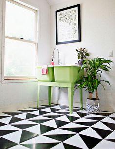 Veja como usar o triângulo na decoração da sua casa. Pode ser na parede, no piso, ou em posters. Aqui, o padrão em preto e branco fugiu do esperado e deu um toque inusitado ao ambiente.