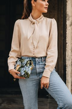 Outfit: ayen Camilla Bluse mit Agolde Jeans & Jimmy Choo Sock Boots #ayenlabel #camillablouse #camilla Outfits Casual, Mode Outfits, Grunge Outfits, Smart Casual Outfit, Style Année 70, Style Désinvolte Chic, Fashion Weeks, 70s Fashion, Fashion Dresses
