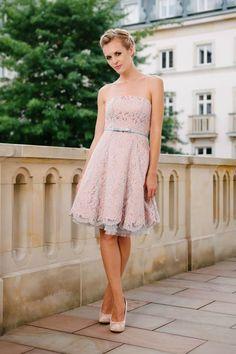 Ein Brautkleid für alle Fälle - ob Standesamt, Kirche, freie Trauung, Strandhochzeit oder sogar nach deinem großen Tag - mit dieser zweifarbigen Spitze strahlst du besonders schön!