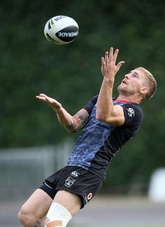 Sam Tomkins Photos - Sam Tomkins of the Warriors trains taking a high ball during a New Zealand Warriors NRL training session at Mt Smart Stadium on April 2014 in Auckland, New Zealand. - New Zealand Warriors Training Session Rugby League, Rugby Players, Warrington Wolves, Beefy Men, Old Trafford, New Zealand, Warriors, Trains, Football