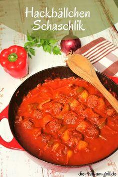 Hackbällchen Schaschlik ist ein Gericht, das allen zwischen 5 und 99 Jahren schmeckt. Es geht als Familienessen durch, passt wunderbar für einen Kindergeburtstag und auch Erwachsene sind auf der Gartenparty davon begeistert. Im Herbst und Winter wärmend, im Sommer aber eine ebenso leichte Nummer... #hackfleisch #hackbällchen #paprika #zwiebeln #zwiebelliebe #soße #essen #kochen #lecker #rezepte #waskocheichheute #schnellesrezept #rezeptideen #familienessen
