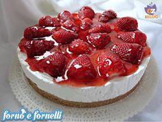 Cheesecake con topping alle fragole e fragole fresche, ricetta dolce