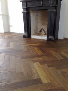 Visgraat parket. Verouderd en donker gerookt met een transparante olie.. Niew geplaatst visgraatvloer in een oud pand. De uitstraling van de visgraar vloer is sluitend aan de sfeer van het huis. Het geeft de indruk alsof de vloer al dezelfde leeftijd heeft als het huis. Herringbone Wood Floor, Den Furniture, Timber Flooring, Kitchen Flooring, Interior Decorating, Interior Design, Built In Wardrobe, Cozy House, Interior Inspiration