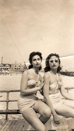 Beach Fashions Inspiration : Photography of 2 woman (sisters) in Brooklyn on the beach in Swimsuits and sporting cool style. Vintage Beach Photos, 1940s Photos, Vintage Pictures, Vintage Photographs, Old Photos, 1940s Fashion, Vintage Fashion, Emo Fashion, Edwardian Fashion