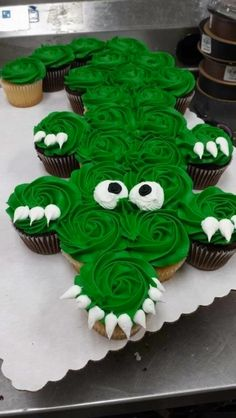 New Birthday Cupcakes Boy Sweets Ideas Pull Apart Cupcake Cake, Pull Apart Cake, Alligator Cupcakes, Alligator Cake, Alligator Party, Alligator Birthday, Cookies Cupcake, Cupcake Birthday Cakes, Cute Cakes