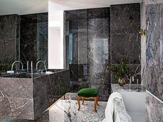 Cuarto de baño - Un piso con el toque perfecto de color Elle Decor, Bathtub, Interior Design, Home, Style, Color, Mirror Floor, Wall Mirrors, Hidden Door Hinges