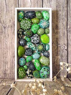 grün bemalte Steine als Gartendeko