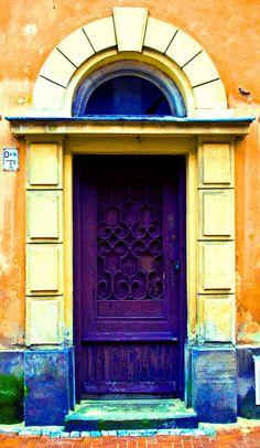 https://flic.kr/p/5TJKWG | Purple door, Warsaw, Poland | Found that intersting door during a short cruise over the old town in Warsaw
