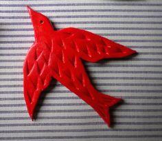 Broche artisanale oiseau rouge, en porcelaine synthétique (matière souple, mais présentant laspect de la céramique) martelée, 5,5 centimètres de long,