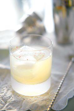 Nyttårsdrinken som vil ta gjestene dine med storm får du her! Sprudlende, pastellfarget Tom Collins med hjemmelaget persimonsirup blir kjapt alles cocktail favoritt! http://www.gastrogal.no/tom-collins/  #CocktailSirup, #Cocktails, #Drikke, #Drinks, #Gin, #Persimmon, #Persimon, #Persimonsirup, #TomCollins