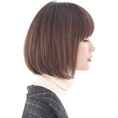 前下がりボブ。髪の質感を生かしたシンプルなスタイルですが、乾かしただけで決まるように、グラデーションとレイヤーでシルエットをつくります。前髪はフルバングでラウンドで作り、目ヂカラを強調し、スタイルに強さを持たせます。カラーはオーブアッシュのグラデーション。毛先の動きと共に透け感を楽しめます。