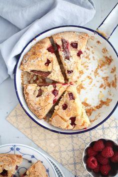 Einfacher bester Himbeer Rhabarber Kuchen mit Vanille und Mandeln einfaches Backrezept schneller Kuchen mit Himbeeren Rhabarberkuchen Himbeerkuchen Mandelkuchen Zuckerzimtundliebe Foodblog rhubarb cake