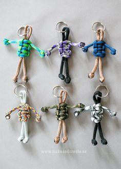 Knyt roliga nyckelringar! Att knyta gubbar av tjocka knytsnören/nylonsnören, s k Paracord, går på ett kick och de är riktigt söta att använda som nyckelringar eller som dekoration på...