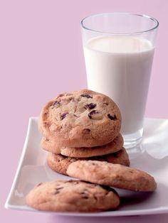 Přidejte do sušenek své oblíbené oříšky. Šťavnatost jim dodají brusinky. Glass Of Milk, Cookies, Food, Biscuits, Meal, Essen, Hoods, Cookie Recipes, Cookie