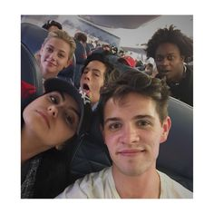 Lili Reinhart, Cole Sprouse, Camila Mendes and Casey Cott with a fan❤ Bughead Riverdale, Riverdale Funny, Riverdale Memes, Riverdale Kevin, Vanessa Morgan, Betty Cooper, Archie Comics, The Cw, Pretty Little Liars