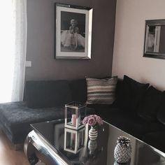 Med et bilde fra den lekre stuen til vår kunde Grethe  ønsker vi dere alle en god mandag ettermiddag  @classicliving #viennasalongbord140 #marilynmonroeballerina #glam #stue #stuebord #speilramme #livingroom