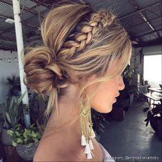 O coque baixo com volume no topo e coroa de trança é outra alternativa para penteado de madrinha (Foto: Instagram @emmachenartistry)