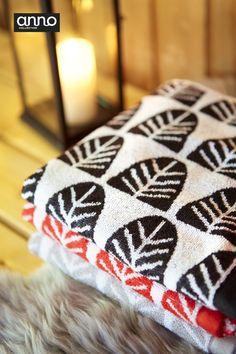 Anno Kuusipuu -pyyhkeiden selkeä graafinen kuosi on ajaton. #anttilalahjalista #anno #sisustus #joulu #anttila #netanttila #pyyhe #sauna #joulusauna #lyhty #lampaantalja