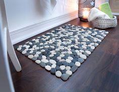 miaVILLA_Diese ausgefallene Badematte aus grauen und weißen Natursteinen verschönert jedes Bad. Befestigt sind die Steine auf einem transparenten Netz. Farbe: Grau/Weiß. Material: Stein. Maße: ca. 50 x 80 cm.